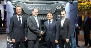 From left to right: Hankook OE Account Manager Europe, Stephan Brückner; Scania Executive Vice President Purchasing, Anders Williamsson, Hankook OE Account Director Europe, Ryu Jae Seock; Hankook Vice President European Technical Center, Klaus Krause
