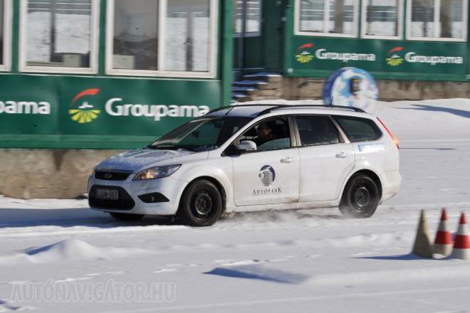 Rendőrségi Focusszal a Groupama Tanpályán − ismerős mutatvány a nonstopgumival közös gumitesztjeink kapcsán, de most először mérhettünk hóban