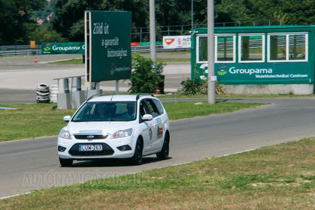 Ezúttal a kánikulában mértek a szokott csapattal, a nonstopgumi.hu abroncsaival és szerelésével, a Hungaroring Tanpályáján, kiszolgált rendőrségi Ford Focusokkal, hazai, valós körülmények között.