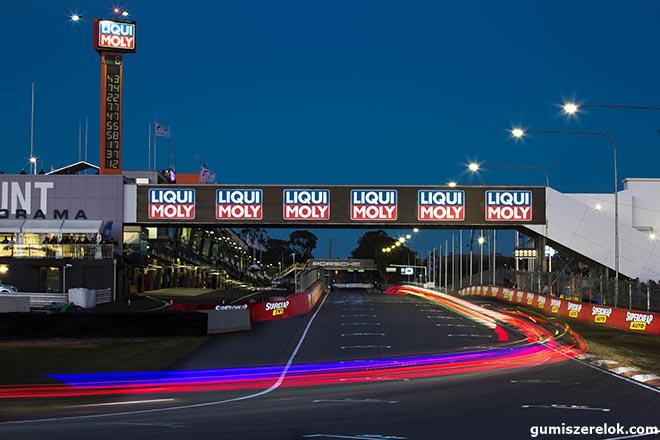 """Január utolsó napján kezdődik a LIQUI MOLY  Bathurst 12 Hour. Az ausztráliai hosszú távú verseny a német olaj- és adalékspecialista LIQUI MOLY számára a versenysport-évad kezdete. """"Örülünk az izgalmas versenynek"""", mondja Peter Baumann, a LIQUI MOLY marketingvezetője."""