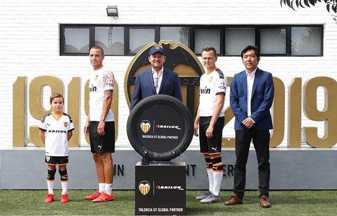 SAILUN logo feszül az FC Valencia játékosok karján