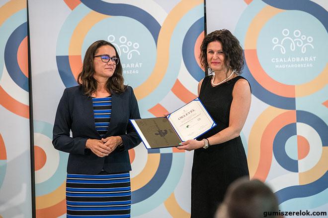 Az Emberi Erőforrások Minisztériuma által meghirdetett Családbarát Munkahely Pályázat díjazottjai közé került a Bridgestone Tatabánya Termelő Kft., így egy éven keresztül büszkén viselheti a Családbarát Munkahely címet.  Az elismerést Topolcsik Melinda, a vállalat ügyvezető igazgatója vette át Novák Katalin család- és ifjúságügyért felelős államtitkártól a csütörtöki díjátadón. A Bridgestone családbarát intézkedései között kiemelt szerepet kapott a munka-magánélet egyensúlyának szerepe, a dolgozói és családi egészségtudatosság fejlesztése, a rekreációs programok, valamint a gyermeknevelést segítő intézkedések.