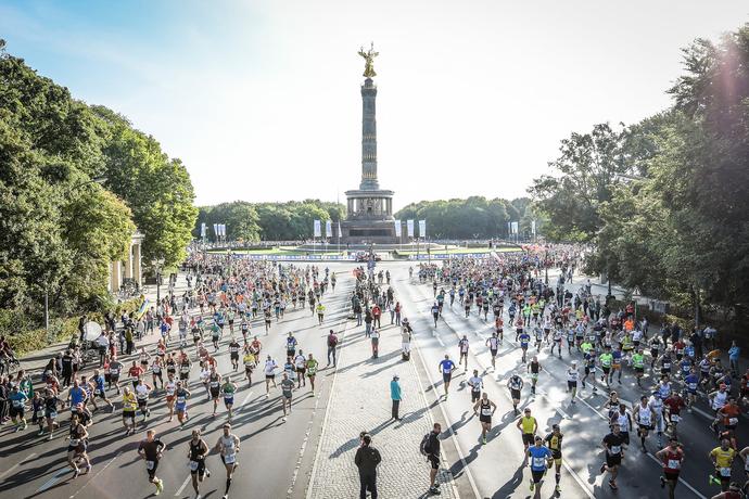 """A Giti Tire kizárólagos hazai forgalmazójától az ALCAR Hungária Kft.-től ketten is teljesítették a történelmi távot. Háden Tamás flotta menedzser és Hecz Katalin marketing menedzser életük első maratonján, igazi hősként érhetett célba, vagy ahogyan a berliniek mondják: """"Berlini Legendák"""" lettek."""