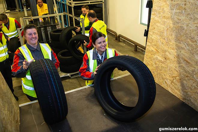 A tatabányai Bridgestone gyár elindította az első szállítmány Turanza típusú gumiabroncsait, amelyek a kecskeméti gyárszalagról legördülő Mercedes-Benz személygépjárművekre kerülnek majd.