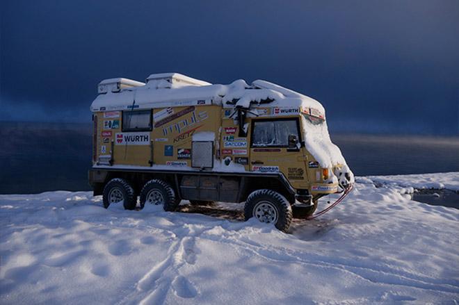 """DOTZ Dakar a Föld körül """"A Föld körül"""" névre hallgató projektjével Friedl Swoboda négy év alatt kerüli meg a világot egy Steyr-Puch Pinzgauer 6x6 volánja mögött, mely DOTZ Dakar felniken szeli át bolygónkat."""