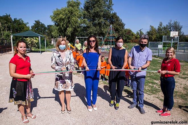 Új játszóteret vehettek birtokba a főleg hátrányos helyzetű családok lakta tatabányai Hatos telep legfiatalabb lakói szeptember 15-én.