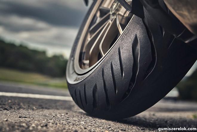 A Bridgestone bejelentette a sport-túra motorokkategóriájának új, meghatározó abroncsát, a Battlax Sport Touring T32-t és T32 GT-t. A legkorszerűbb, Pulse Groove Pattern technológiát alkalmazó abroncs a korábbi verzióhoz képest még jobb teljesítményt nyújt nedves utakon. Az abroncs kialakításának köszönhetően 13 százalékkal nagyobb érintkezési felületet, illetve hét százalékkal rövidebb féktávolságot biztosít, mint elődje.