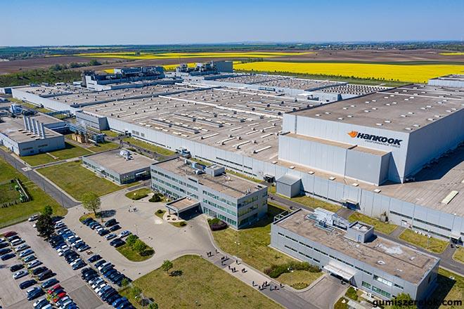 A Hankook Magyarországot választotta európai gyárának helyszínéül. A 885 millió eurós befektetésből a Dunaújváros melletti Rácalmáson a világ egyik legkorszerűbb abroncsgyára épült.