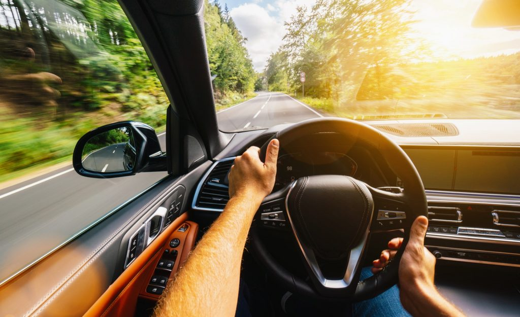 Az autózásnak mindenképp van karbonlábnyoma, még teljesen elektromos autóval is, ám számos trükkel csökkenthetjük szén-dioxid-kibocsátásunkat.