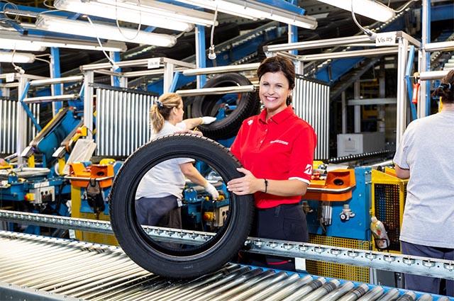 """""""A mostani díjjal a dolgozók munkáját is elismerték, akik a fenti rendszerek működtetéséhez illetve a partnerek napi elégedettségéhez és a minőségi munkához adják a szaktudásukat és lelkesedésüket.Így együtt tud kiemelkedő munkát végezni és prémium gumiabroncsokat előállítani a gyár""""- tette hozzá Topolcsik Melinda, a Bridgestone Tatabánya Termelő Kft. ügyvezető igazgatója."""