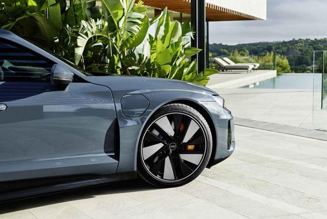 """Az Audi Goodyear abroncsokkal szereli fel egyik legfontosabb elektromos modelljét. Az Audi e-tron SUV modelleket 2019 óta árulják Goodyear gumikkal, most pedig a gyár új elektromos sportlimuzinját, az Audi e-tron GT-t szerelik fel 21""""-os Goodyear Eagle F1 Asymmetric 5 abroncsokkal."""
